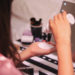 化粧水をつけている女子