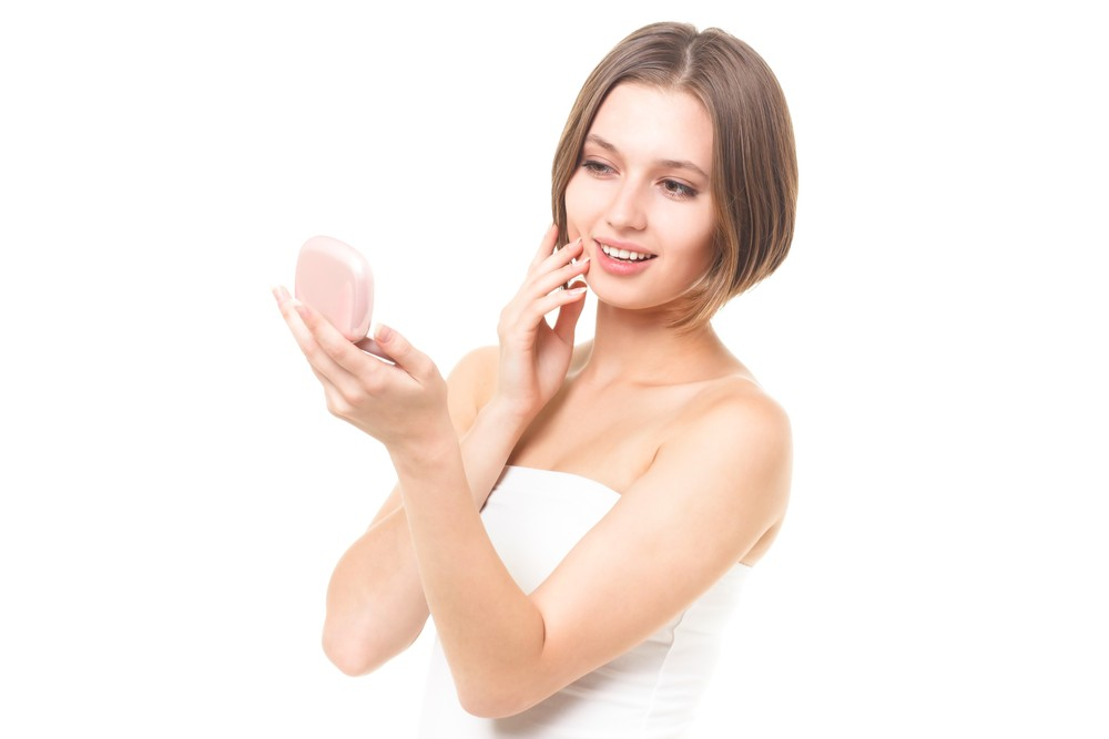 肌の改善を確認する女性