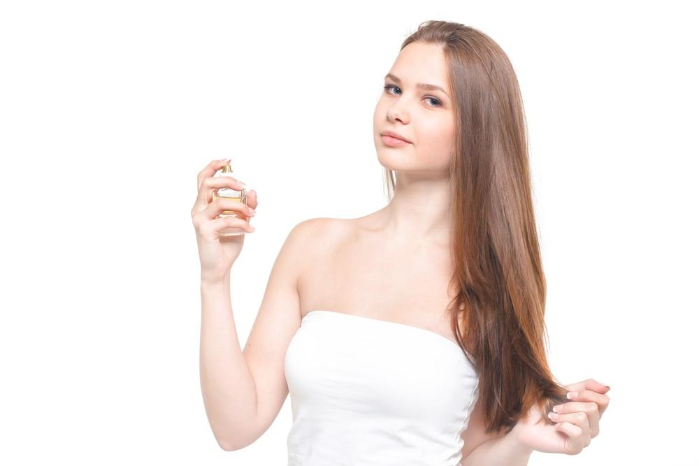 化粧水を使う女性